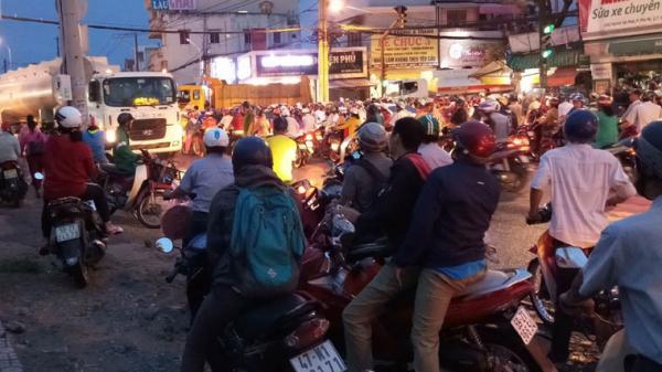 Ảnh: Kẹt xe nghiêm trọng ở TP HCM vì...người hiếu kỳ xem tai nạn giao thông