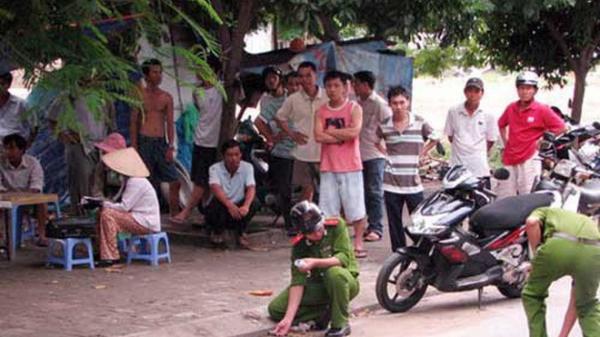 Cô gái đi xe máy tay ga bị nhóm thanh niên đi bộ chặn đánh cướp ở Sài Gòn