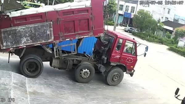 Thùng xe tải nặng hàng tấn sập xuống đầu liệu có chết?