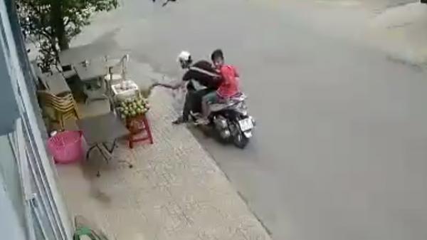 TP.HCM: Thanh niên đi SH ăn trộm sầu riêng bày bán tại vỉa hè