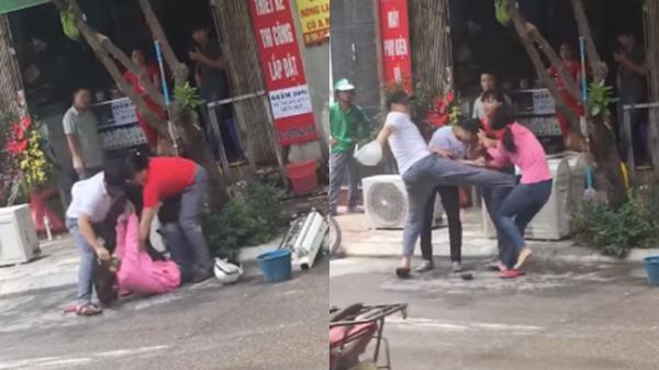 SỐC: Chồng ra mặt túm cổ áo, dùng chân đạp thẳng vào bụng vợ để bênh vực, giải cứu nhân tình ngay trên phố gây xôn xao
