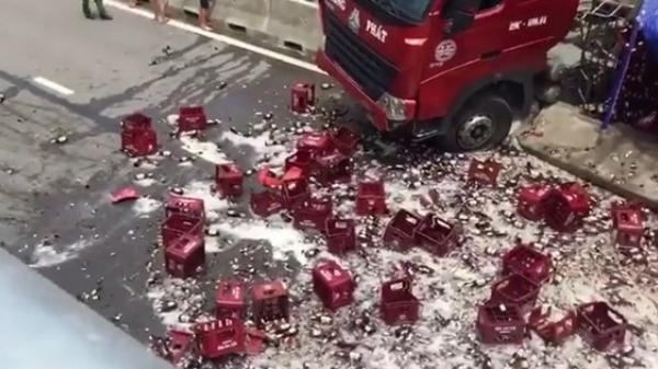Xe đầu kéo chở bia gặp nạn, hàng nghìn chai bia rơi vãi kín mặt đường