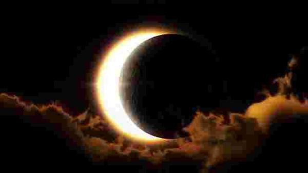 """Lần đầu tiên sau 44 năm Siêu trăng và Nhật thực cùng """"hạ phàm"""" đúng thứ 6 ngày 13, tuy nhiên..."""