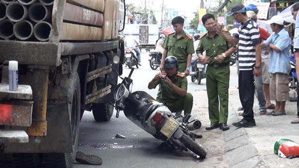 TP.HCM: Va chạm với xe tải, tài xế Grabbike thiệt mạng trong lúc chở khách