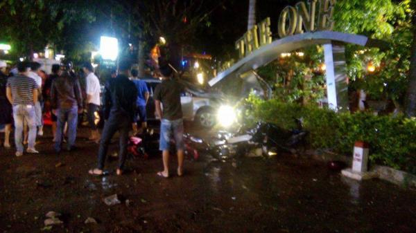 KINH HOÀNG: Ô tô mất lái lao vào quán cà phê, 2 nữ sinh 18 tuổi tử vong, nhiều khách đến xem chung kết World Cup bị thương