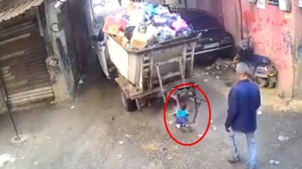 CLIP: Cậu bé dưới gầm xe phế liệu ngỏm dậy khiến nhiều người sững sờ
