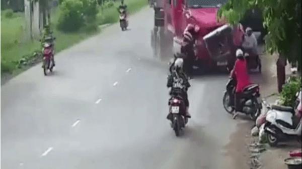 Khoảnh khắc kinh hoàng: Xe container đâm vào 2 xe máy rồi lao vào nhà dân