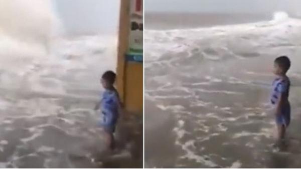 CLIP khiến nhiều người thót tim: Con một mình đứng chơi cùng với lớp sóng lớn bên bờ biển, mẹ thản nhiên ngồi quay video