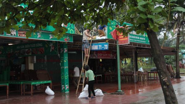 Người dân gấp rút gia cố nhà cửa, cửa hàng trước khi cơn bão số 3 đổ bộ