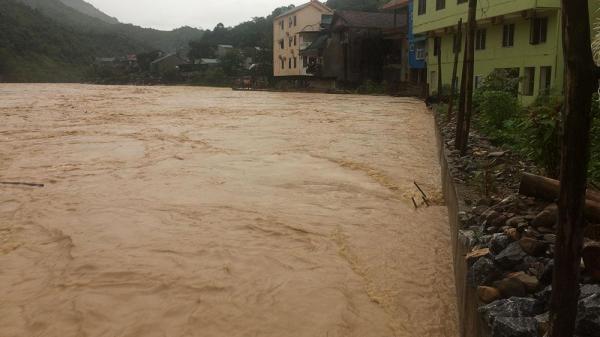 Nghệ An: Thủy điện xả lũ, nước cuồn cuộn đẩy trôi nhà dân