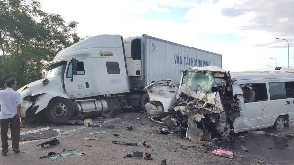 Ảnh: Hiện trường vụ xe rước dâu gặp tai nạn thảm khốc khiến 13 người chết