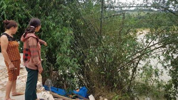 Nghệ An: Cận cảnh ngôi nhà ven sông có nguy cơ bị cuốn khi nước dâng