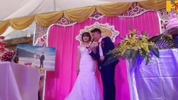 BẤT NGỜ: Chú rể giật mic hát tặng cô dâu, vừa cất giọng tất cả mọi người buông đũa vỗ tay vì quá xuất sắc