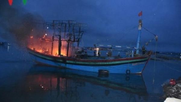 Nghệ An: Tàu cá bất ngờ cháy trong đêm, thiệt hại hàng tỷ đồng