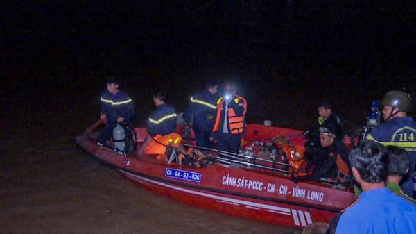 Sà lan mang biển số Trà Vinh lật úp trên sông, bé gái 6 tuổi mất tích