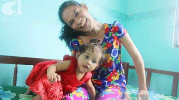 Trà Vinh: Hình ảnh cô bé lớn lên cùng người mẹ điên khiến mọi người xúc động