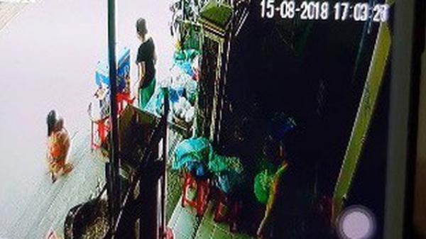 Cư dân mạng xôn xao với clip bắt cóc trẻ em trước cửa nhà
