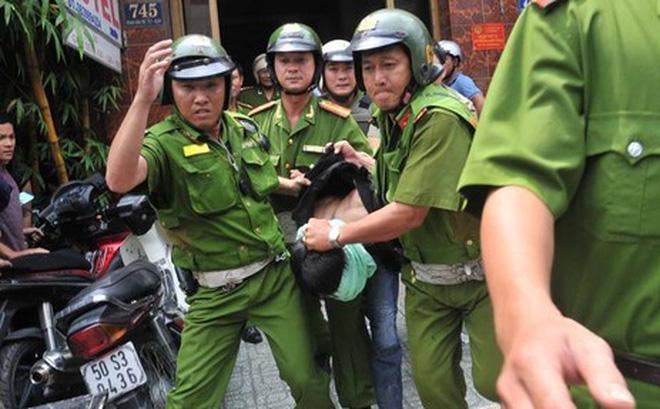 KINH HOÀNG: Bị đưa về đồn làm việc, nam thanh niên hung hăng cắt cổ Đại úy công an