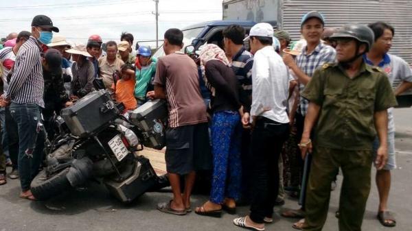TAI NẠN KINH HOÀNG: Xe phân khối lớn va chạm với ô tô tải, vợ chết, chồng nguy kịch