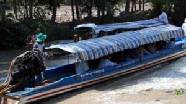 Cà Mau: Đò dọc hết đăng kiểm lật úp, 1 người chết, 9 người may mắn bơi vào bờ