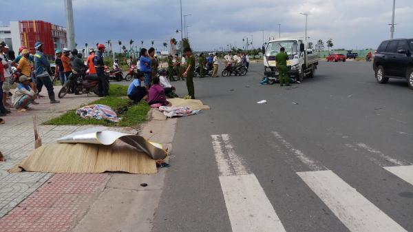 Xe máy bị xe tải tông văng 10m, một người đàn ông quê Trà Vinh cùng bạn chết tại chỗ