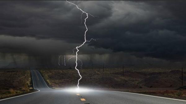 Video: Thót tim tận mắt chứng kiến cảnh sét đánh tan cột gỗ bên đường trong cơn bão