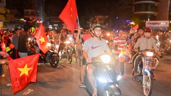 Hàng ngàn người dân Sóc Trăng xuống đường ăn mừng chiến thắngtuyển Olympic Việt Nam