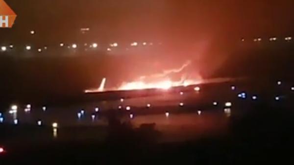 Nga: Máy bay chở 166 người cháy dữ dội khi hạ cánh