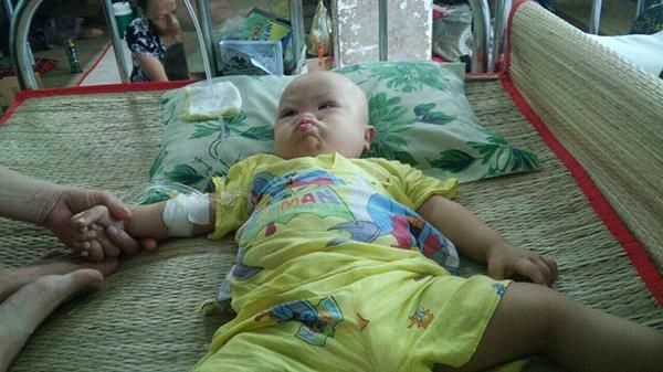 Xót xa bé trai ở Cà Mau bị tim bẩm sinh nay lại mắc ung thư máu khiến nhiều người nhìn thắt lòng