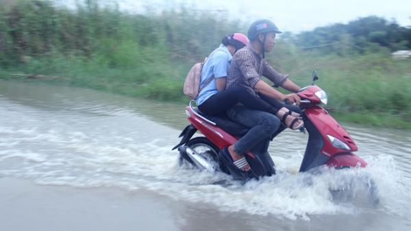 Triều cường dâng cao, dân ngoại thành Sài Gòn lội bì bõm về nhà