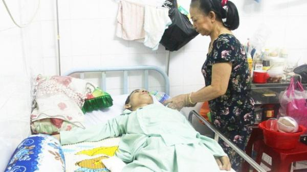 Xin cơm từ thiện suốt 2 năm ở Sài Gòn, người mẹ nuôi con trai tật nguyền chỉ ước có một bữa no rồi chết cùng con