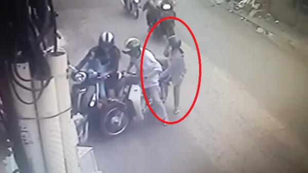 TP.HCM: Cặp đôi bỗng chặn đầu xe chạy bên cạnh, hãy chú ý hành động của người phụ nữ ngồi sau!