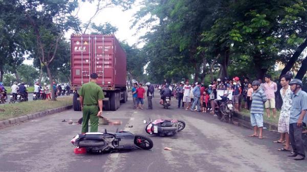 Thanh niên khóc nghẹn ôm bạn gái tử vong sau tai nạn ở Sài Gòn