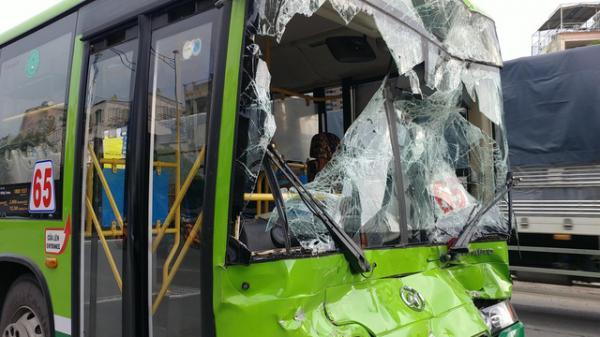 Khách hoảng loạn la hét khi xe buýt nát đầu sau tai nạn liên hoàn trước hầm chui ở Sài Gòn