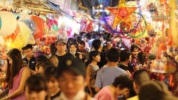Phố lồng đèn lâu đời nhất Sài Gòn: Người trẻ đến tìm hình, người già tìm hoài niệm