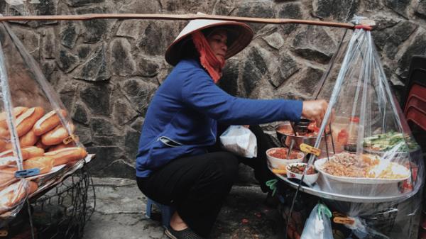 Gánh bánh mì ngon - bổ - rẻ nhất Sài Gòn: Không địa chỉ cố định, ngày bán 300 ổ, mỗi ổ chỉ 12 ngàn