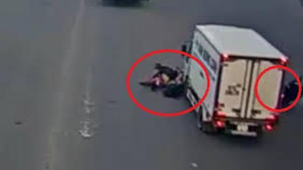 Video: Dừng đèn đỏ sai chỗ, 2 xe máy bị xe tải húc văng xuống đường ở Sài Gòn