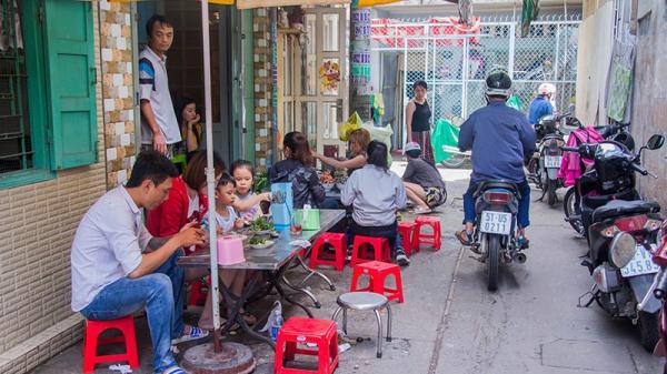 Quán ốc độc nhất Sài Gòn: Bán sáng sớm khách vẫn đến nườm nượp chật kín con hẻm nhỏ