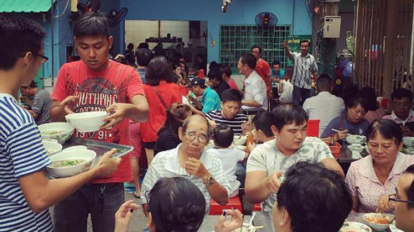 Loạt quán ăn vỉa hè nhưng giá 'đại gia', lúc nào cũng tấp nập khách đến ăn ở Sài Gòn