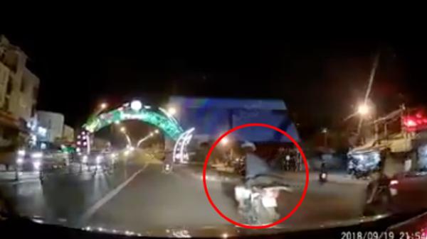 Góc khẩu nghiệp: Vừa chạy xe vừa ngoái lại chửi bới ô tô, tài xế xe máy tự đâm vào dải phân cách ngã lộn cổ