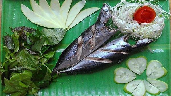 Cá ồ cuốn bánh tráng đậm đà vị biển Trà Vinh