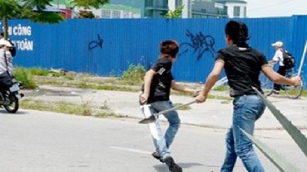Hàng chục thanh niên lao vào chém nhau giữa đường