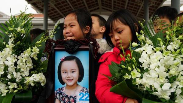 """Lần cuối bé gái 7 tuổi hiến giác mạc """"mở mắt"""" là cả cộng đồng khóc, tự hào về em"""