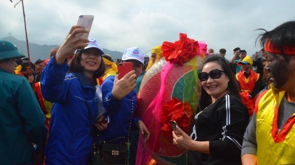Trai gái thích thú thi nhau ôm, sờ lên linh vật trong lễ hội 'rước của quý' lớn nhất Việt Nam