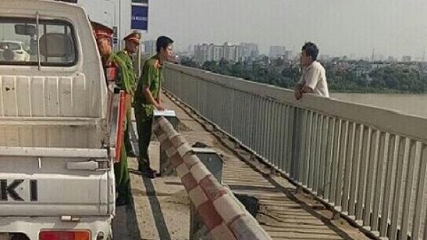 Giải cứu nam thanh niên Tuyên Quang định nhảy cầu Thăng Long tự tử