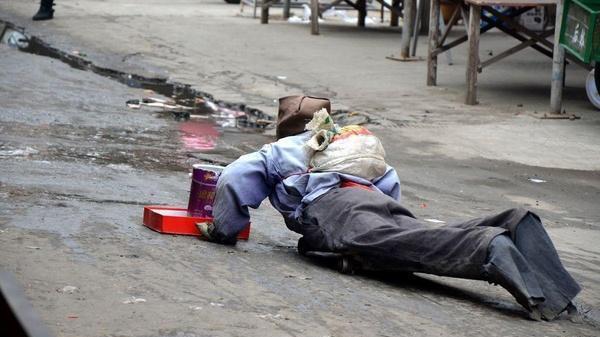 Người đàn ông cụt chân lê lết ngoài đường xin ăn nhưng chẳng ai cho 1 đồng nào, đến khi chân tướng sự thật được hé lộ ai cũng phẫn nộ