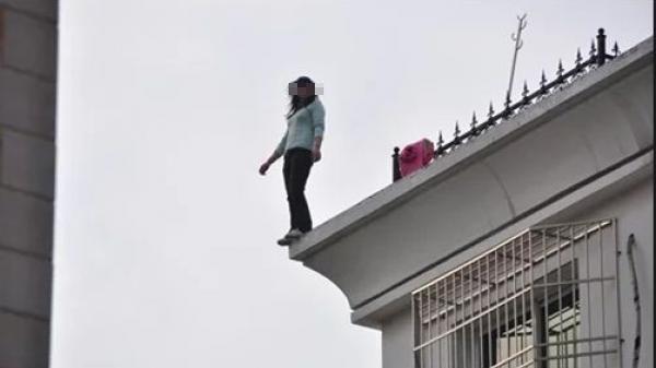 Hot girl xinh xắn nhảy từ tầng 20 chung cư xuống tự tử, trên tay dùng dao lam khắc 2 chữ ai cũng rùng mình