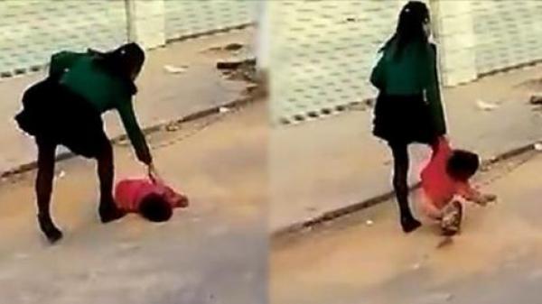 Bà mẹ thản nhiên lấy chân đạp rồi lôi kéo con gái 2 tuổi giữa đường, thấy nhiều người tới gần ngăn cản liền chỉ thẳng mặt nói 1 câu khiến ai nấy đều kinh hãi khi biết nguyên nhân