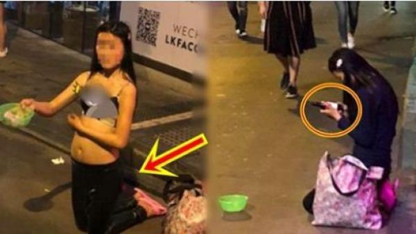Người phụ nữ mặc chiếc áo ngực quỳ gối ăn xin giữa đường, ai đi qua cũng lầm tưởng bán thân, nào ngờ lúc sau nhìn thứ cô cầm trên tay mà quá sốc