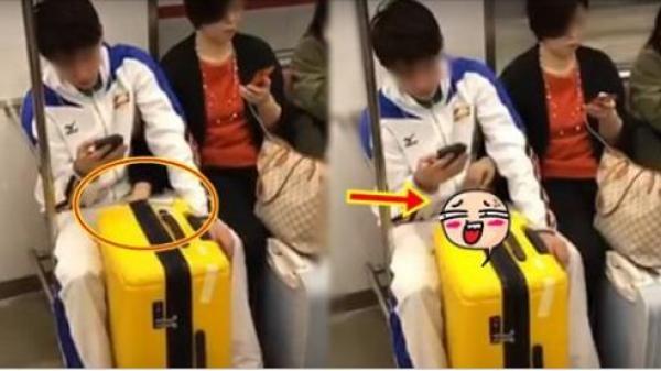Mẹ đẻ thò tay vào giữa hai chân con trai trên tàu điện ngầm khiến dân mạng nóng mặt